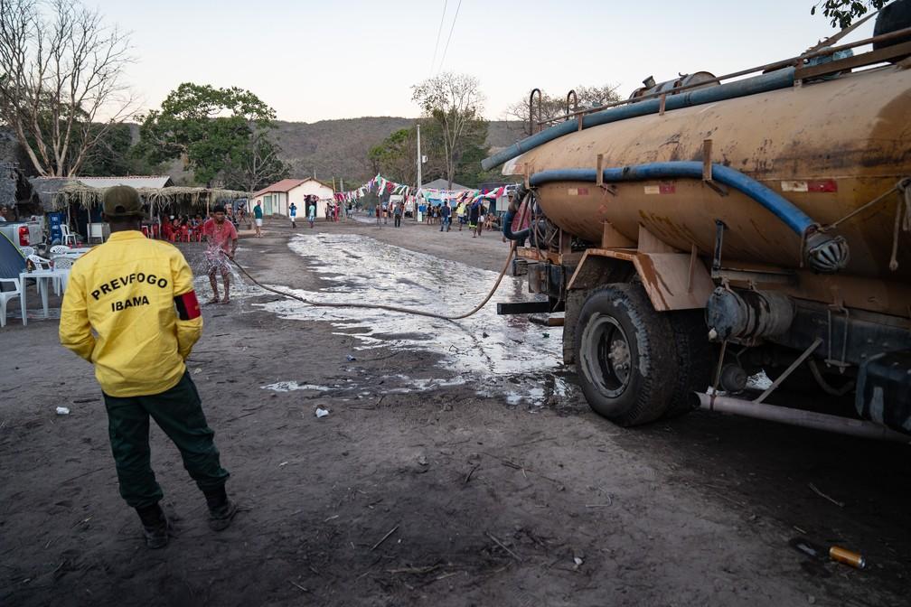 Equipe do Prevfogo, do Ibama, no Vão de Almas, uma das comunidades kalungas, em Goiás — Foto: Fábio Tito/G1