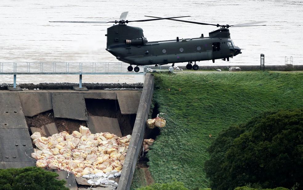 Militares em helicóptero jogam sacos de areia para evitar rompimento de barreira de represa em Whaley Bridge, na Inglaterra, nesta sexta-feira (2) — Foto: Phil Noble/ Reuters