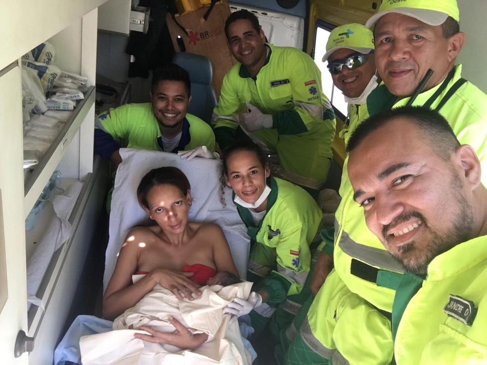 Equipe ajudou mulher — Foto: Rota do Oeste/ Divulgação