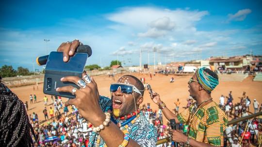 Lázaro Ramos mostra os bastidores da viagem de 'Mister Brau' à Angola; confira vídeo!