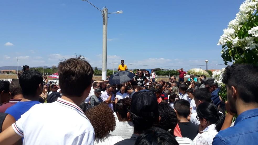 Sepultamento de Benes Júnior aconteceu na manhã desta sexta (17) em Lajes (Foto: Mariana Rocha/Inter TV Cabugi)