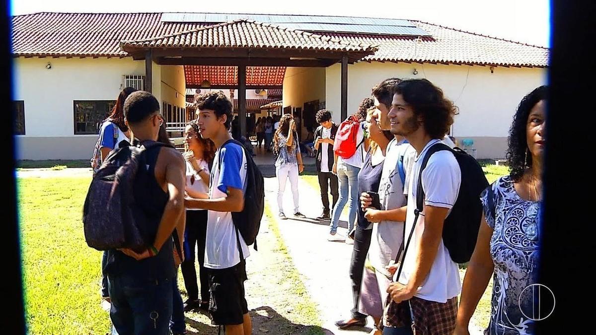 Alunos ocupam escola em Búzios, RJ, contra possível transferência da unidade para o Estado