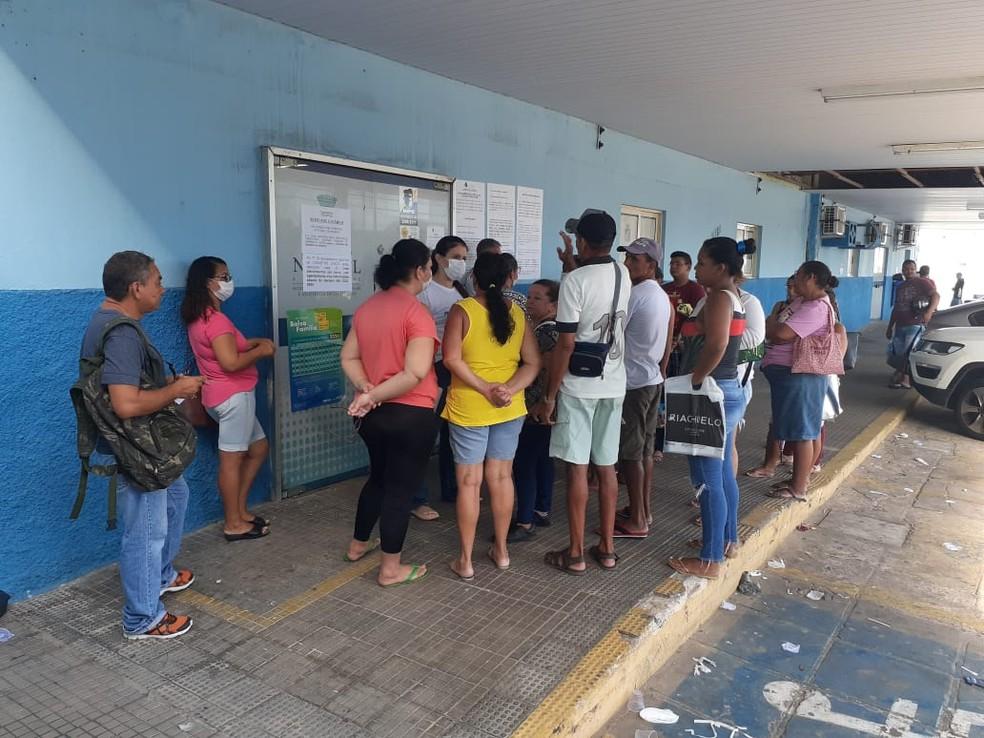 Pessoas de aglomeram em frente à Secretaria Municipal de Assistência Social em busca de informações sobre auxílio do governo federal por causa do coronavírus — Foto: Kleber Teixeira/Inter TV Cabugi