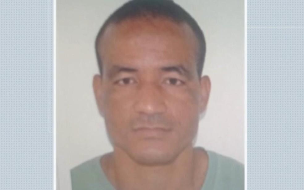 Homem suspeito de manter esposa e filhos trancados em casa foi preso em Salvador.  — Foto: Reprodução / TV Bahia