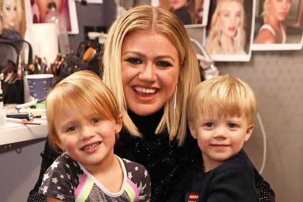 Kelly Clarkson rebate internauta por culpá-la por divórcio ao priorizar  carreira e não ter tempo para marido e filhos - Monet | Celebridades