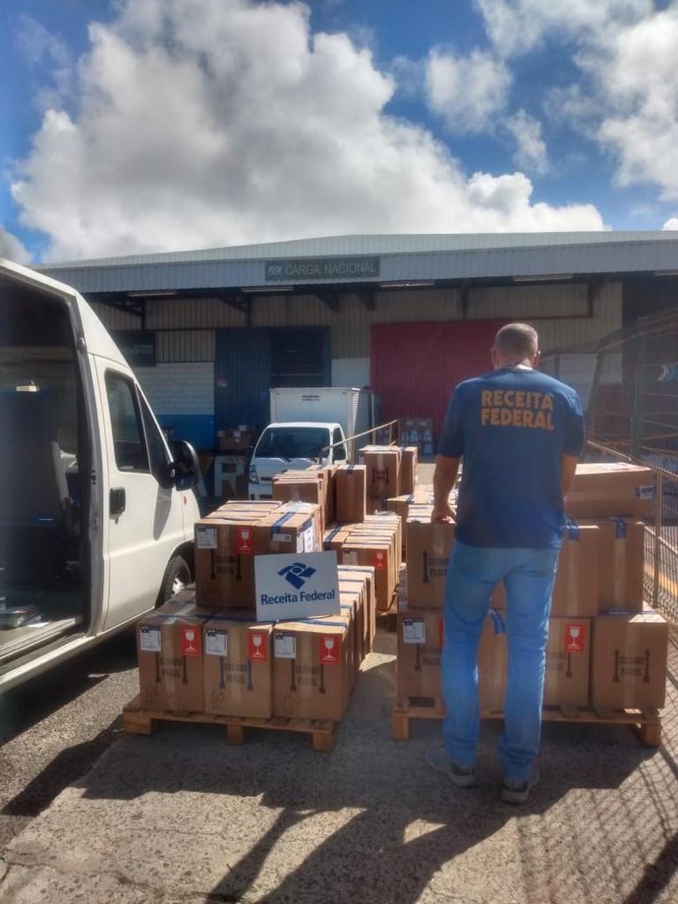 Mais de 600 garrafas de vinhos argentinos são apreendidas em transportadora aérea de Salvador — Foto: Receita Federal