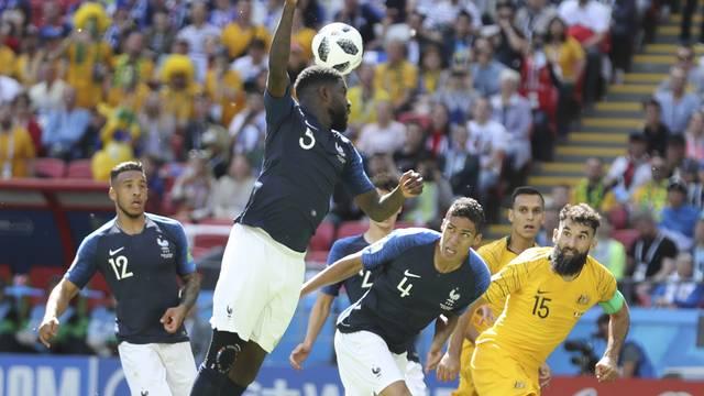 Umtiti, da França, mete a mão na bola sem motivo e comete pênalti para a Austrália