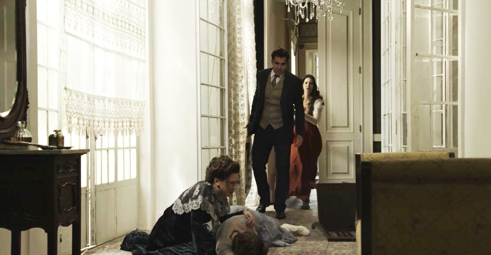 Depois de receber uma ligação da tia, Darcy chega ao hotel e dá de cara com Briana desacordada  (Foto: TV Globo)