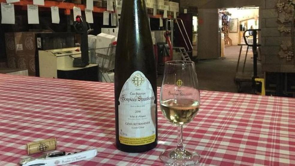 O vinho é envelhecido na adega de seis a 10 meses antes de estar diponível para compra — Foto: Melissa Banigan/BBC
