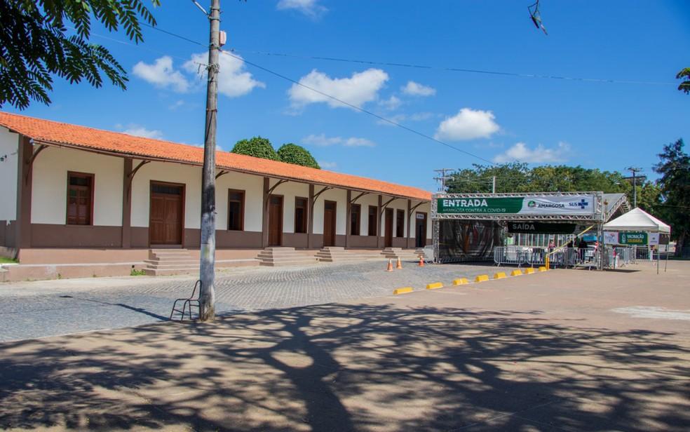 Em frente a antiga estação de trem de Amargosa, o palco para shows do São João é montado, mas este ano o espaço deu lugar a um ponto de vacinação contra Covid-19 — Foto: Divulgação/Prefeitura de Amargosa