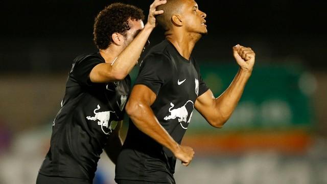 Edimar celebra gol do Bragantino sobre Botafogo-SP pela Série B