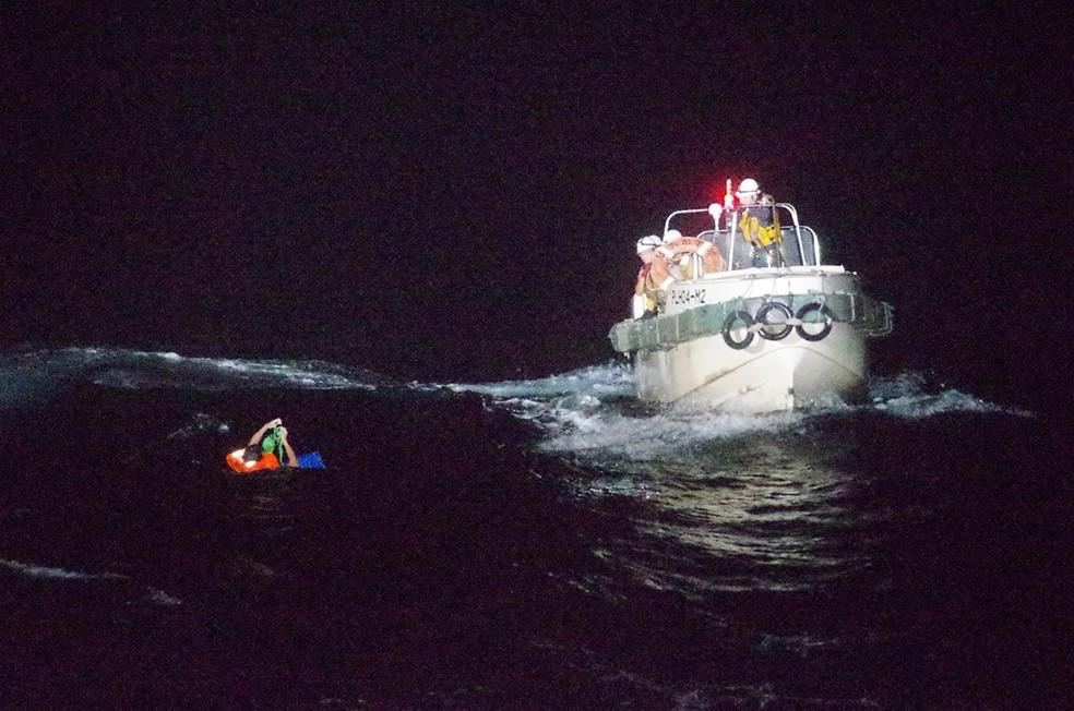 Guardas costeiros resgatam um homem após navio afundar na costa do Japão durante um tufão  — Foto: 10ª Sede Regional da Guarda Costeira / AFP