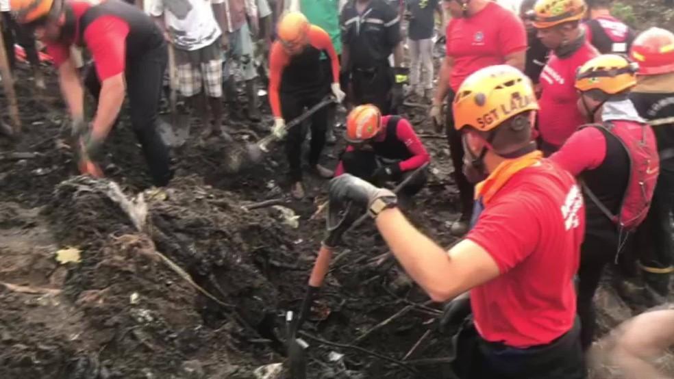 bombeiros brasileiros trabalham em Moçambique após ciclones — Foto: Reprodução
