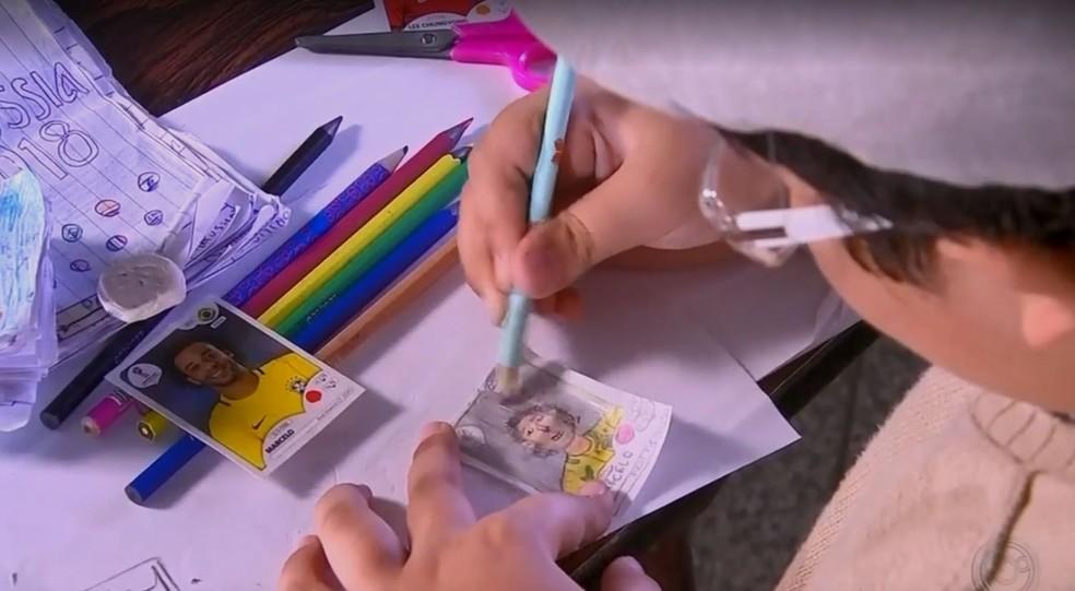 Menino usa a criatividade para desenhar o próprio álbum de figurinhas da Copa do Mundo (Foto: TV TEM / Reprodução )