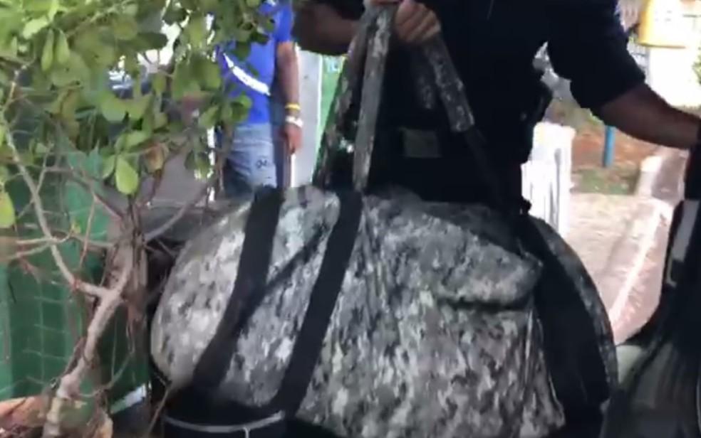 Homem acha mochila da Força Nacional com armas e munição às margens de rodovia, em Novo Gama — Foto: PM/Divulgação