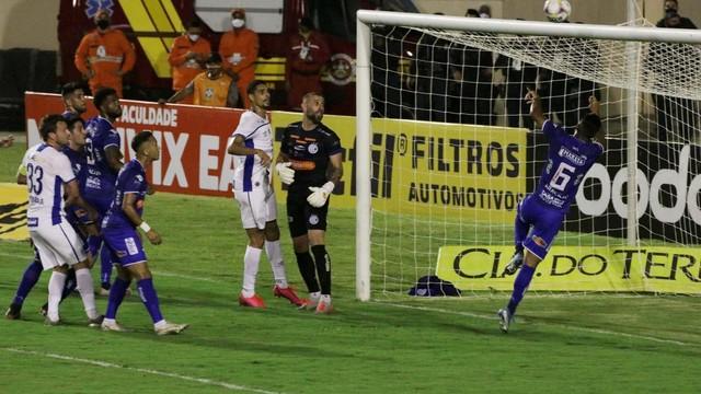 Djalma se estica, mas não evita o primeiro gol do Avaí