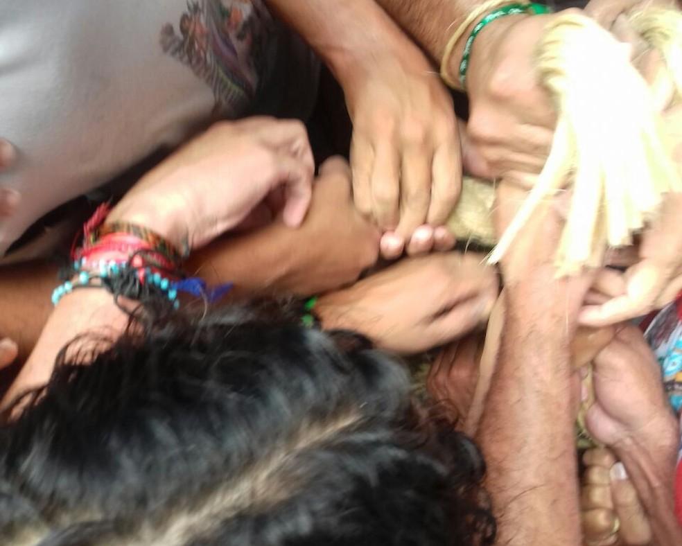 Romeiros fizeram corte antecipado da corda.  (Foto: Luiz Fernandes/ G1)