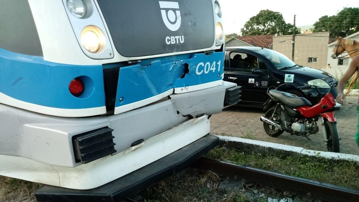 Trem bate na traseira de carro em passagem de nível em Santa Rita, PB