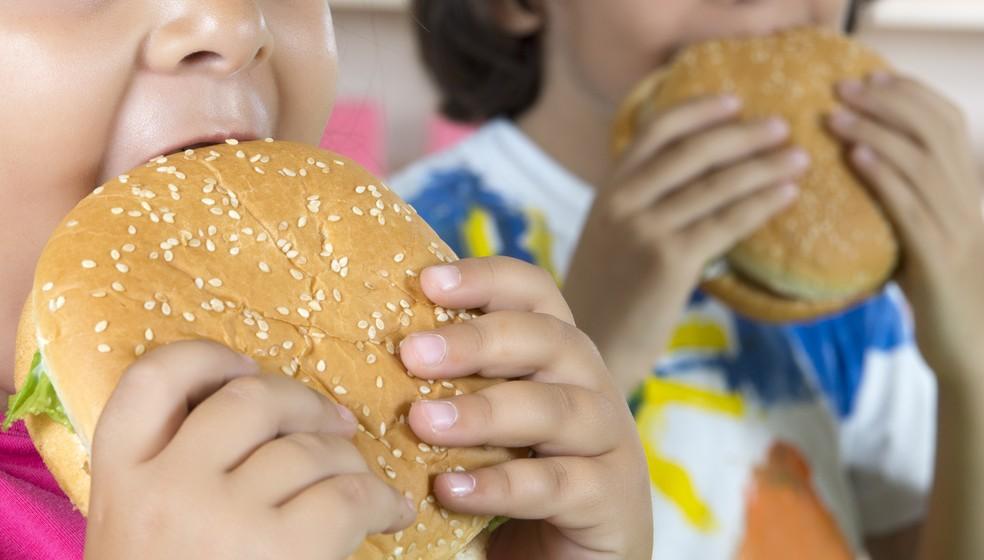 Má alimentação está entre as causas relacionadas ao crescimento da obesidade infantil (Foto: iStock Getty Images)