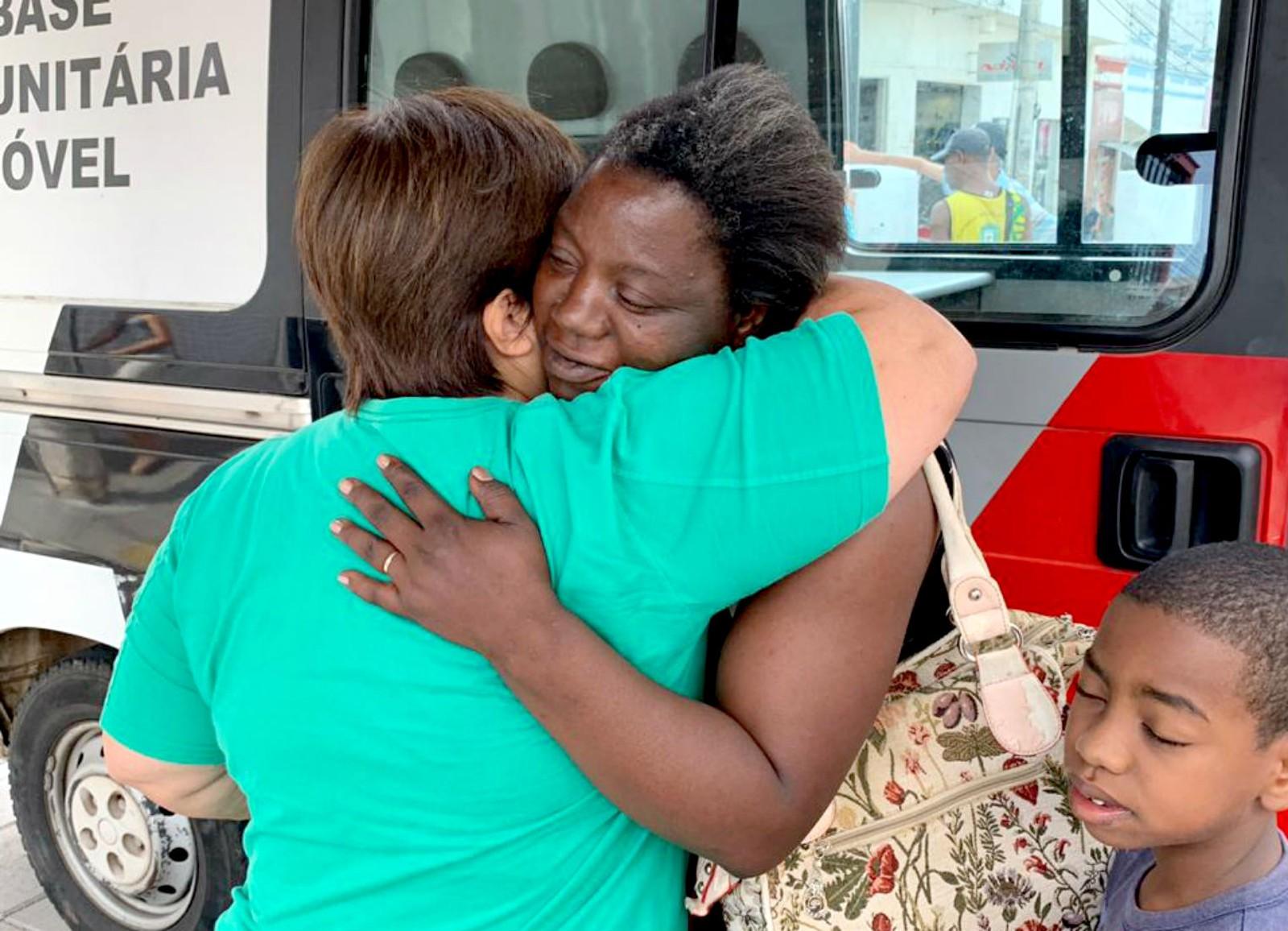 """Simone Pereira abraça a dona da carteira que ela achou com R$ 500 em rua de Lins: """"Era a única coisa a ser feita"""" — Foto: J. Serafim/Divulgação"""