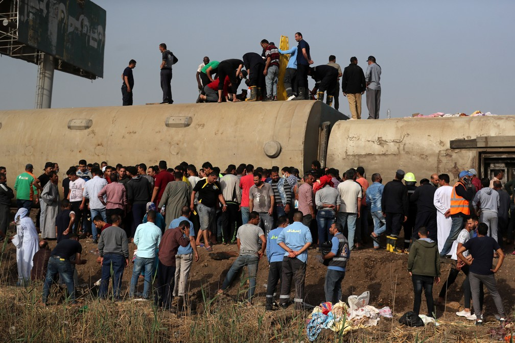 Pelo menos 97 pessoas ficaram feridas após acidente de trem no Egito neste domingo (18) — Foto: Mohamed Abd El Ghany/Reuters