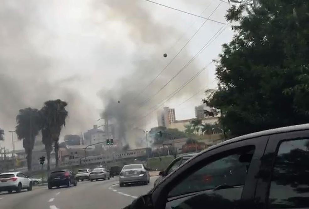 Vagão de trem pega fogo por causa de materiais inflamáveis próximo a Praça Lions em Sorocaba— Foto: Carla de Campos/ Tv Tem