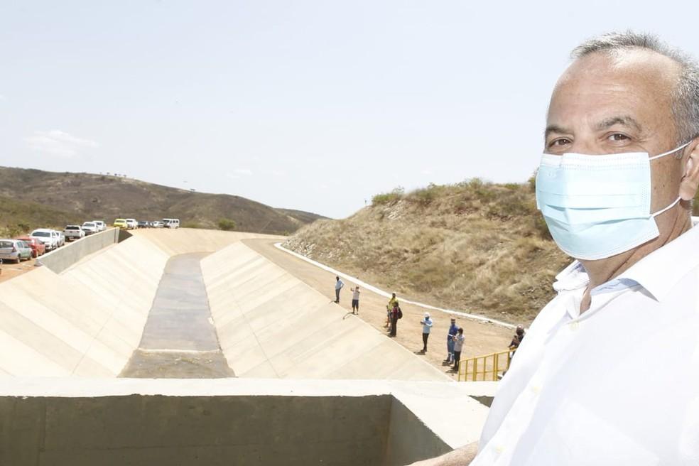 Ministro do Desenvolvimento Regional, Rogério Marinho, aciona liberação da comporta da barragem do Jati, na quinta-feira (20) — Foto: Divulgação/Ministério do Desenvolvimento Regional