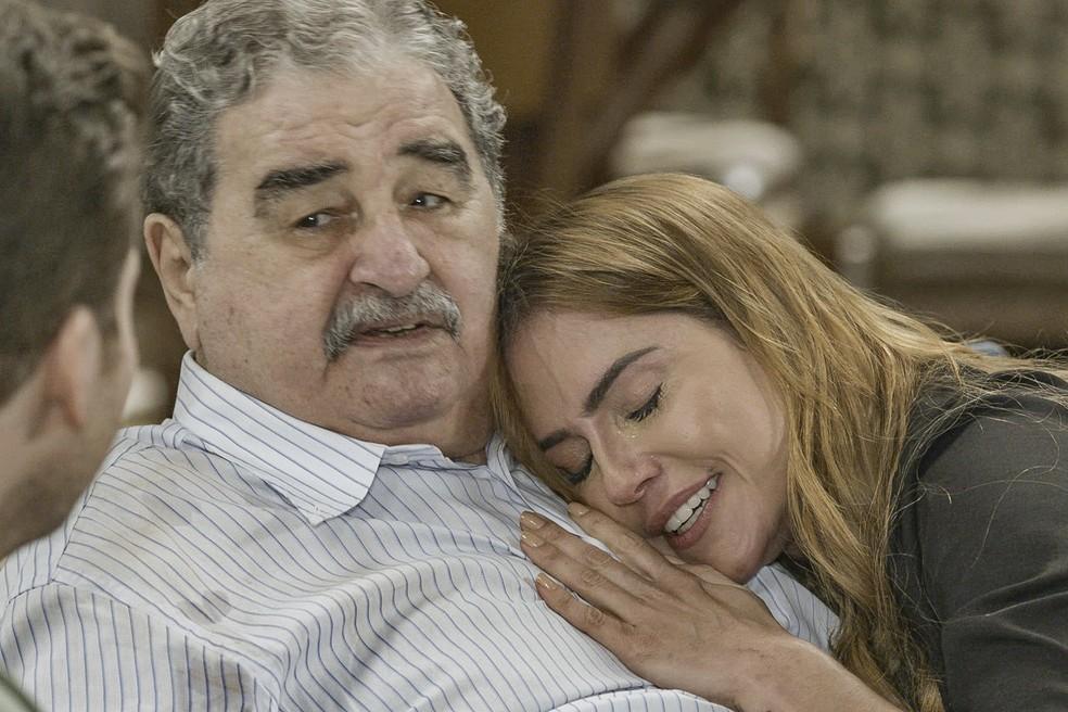 Ignácio (Otávio Augusto) achará que está diante de uma sósia de Alexia (Deborah Secco) em 'Salve-se Quem Puder' — Foto: Globo