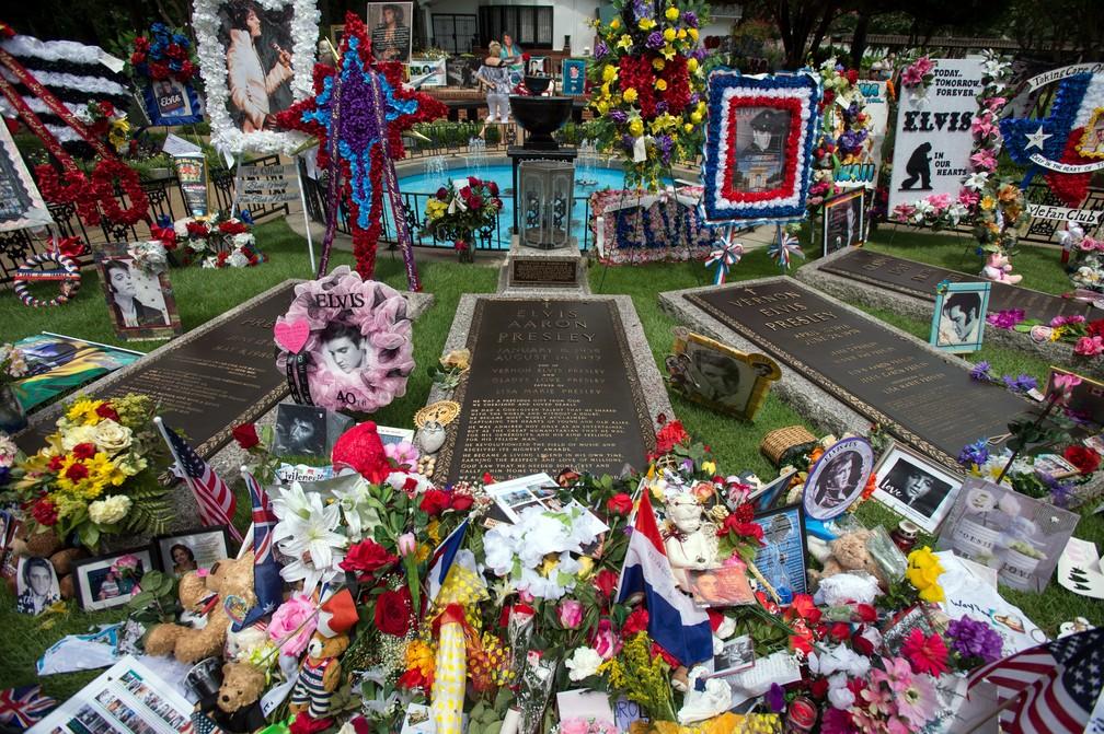 Em Graceland, fãs prestam homenagens no aniversário de 40 anos de morte de Elvis Presley (Foto: AP Photo/Brandon Dill)
