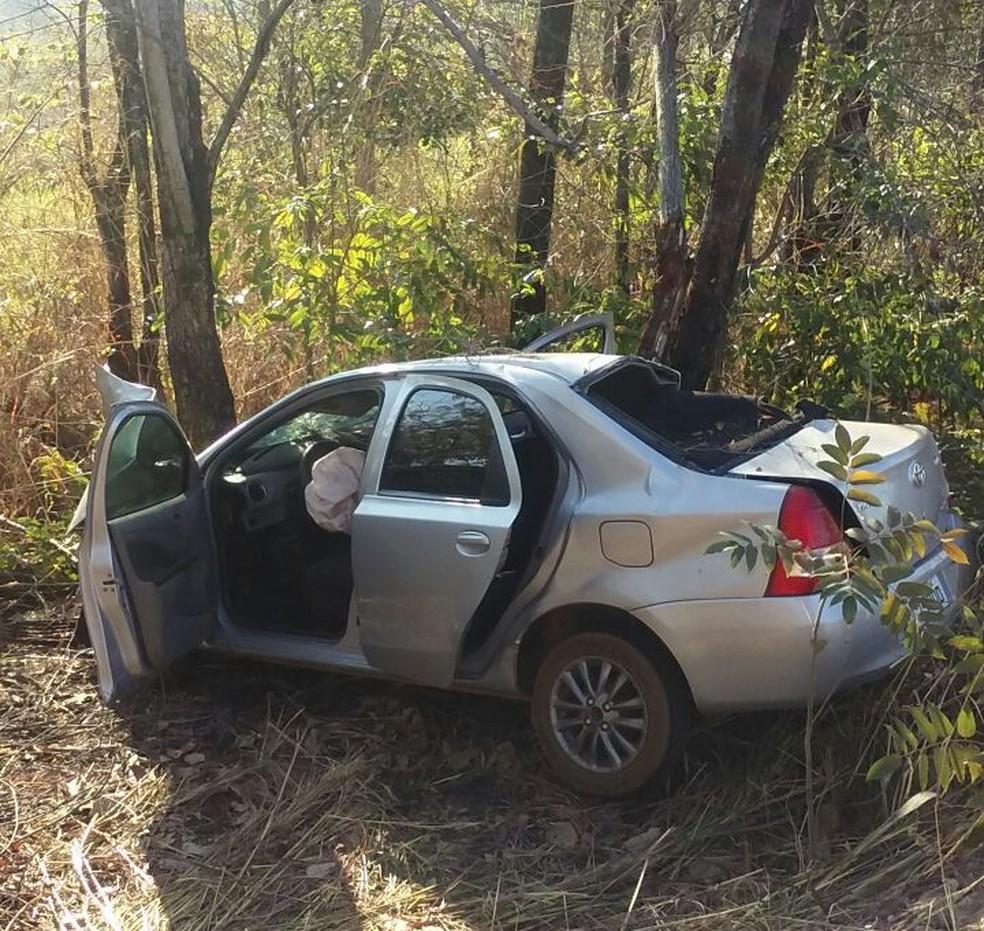 Carro bateu em árvore às margens da TO-080 (Foto: Divulgação/Bombeiros)