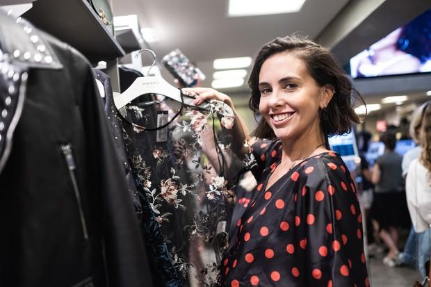 Depois do debate, hora de consultoria de estilo. A editora Camila lima selecionou várias peças para as clientes da loja (Foto: Agência Ophelia)