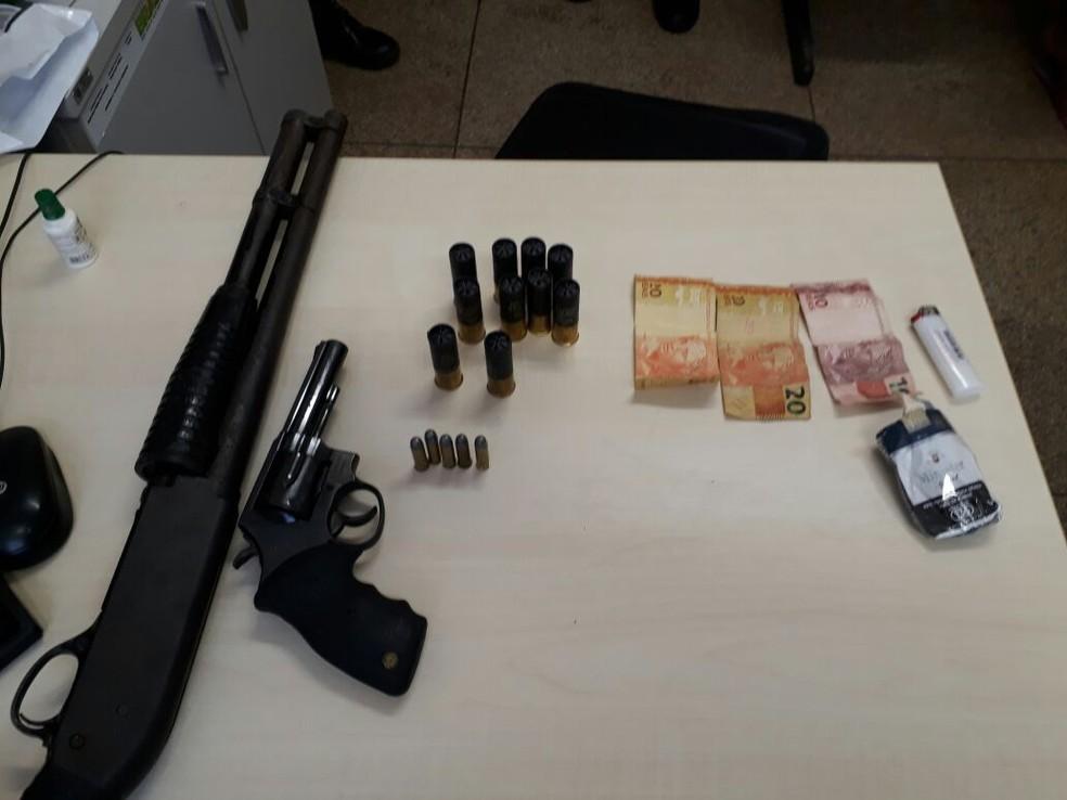 -  Armas, munições e dinheiro que estavam em poder de dois jovens foram apreendidos  Foto: Polícia Militar/Divulgação