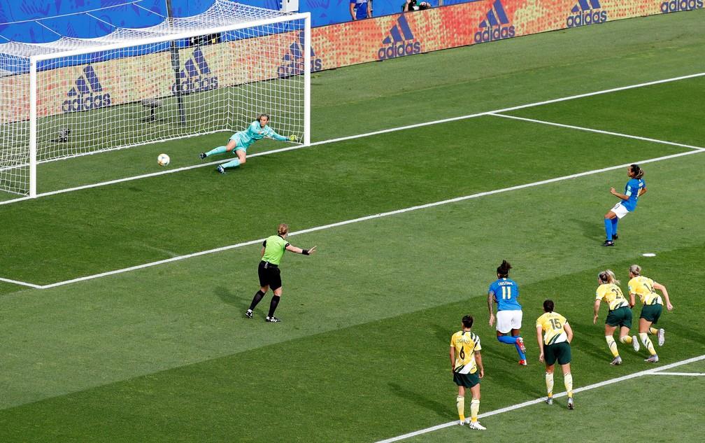 Bola para um lado, goleira para o outro: Marta faz gol pela seleção brasileira contra a Austrália e se torna a maior artilheira das Copas do Mundo — Foto: REUTERS/Eric Gaillard