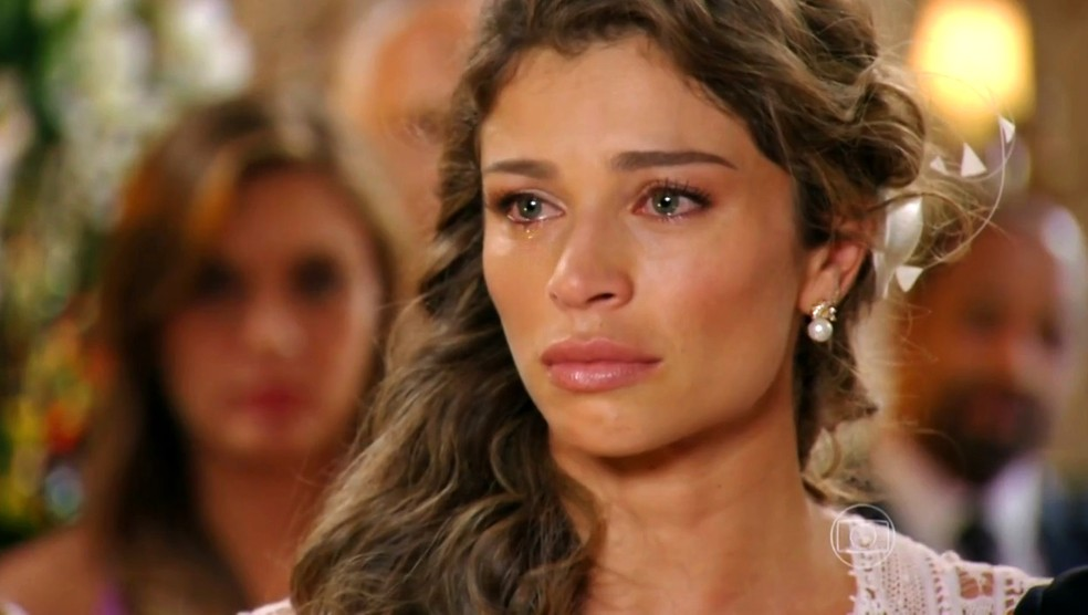 Durante seu casamento com Alberto (Igor Rickli), Ester (Grazi Massafera) sofre ao pensar em Cassiano (Henri Castelli) - 'Flor do Caribe' — Foto: Globo