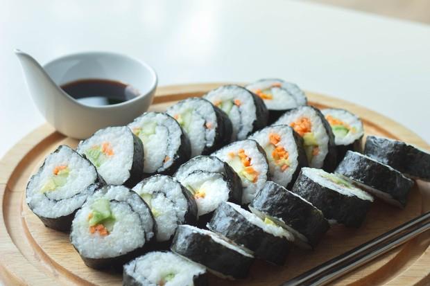 Prepare corretamente o arroz do sushi (Foto: Unsplash)