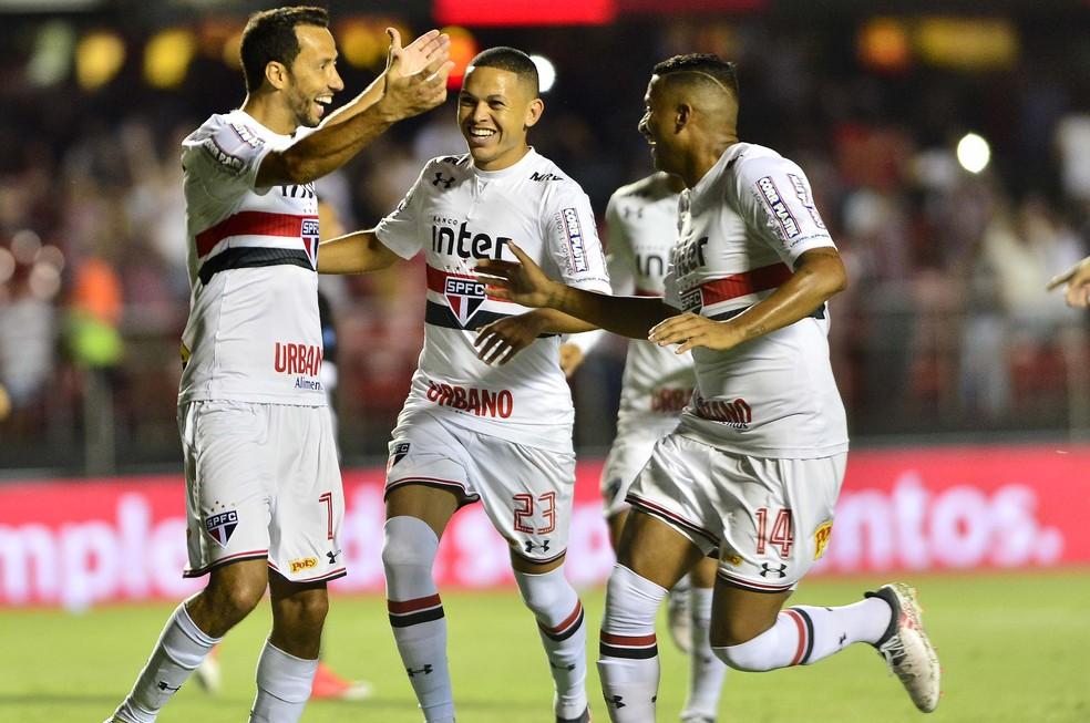 Marcos Guilherme (no centro) comemora com Nenê e Reinaldo na quarta passada (Foto: Marcos Ribolli)