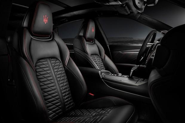 Bancos são envolventes e tem o tridente da Maserati em posição de destaque (Foto: Divulgação)