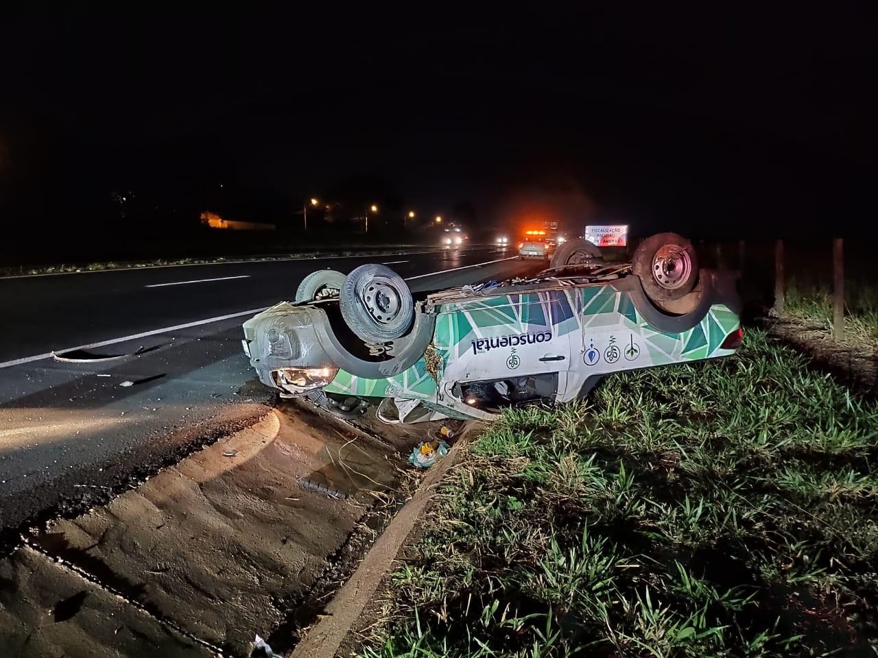 Motorista tem ferimentos graves após caminhonete capotar na BR-153 em Rio Preto