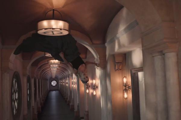 A cantora Ariana Grande caminhando pelo teto de um corredor em seu novo clipe (Foto: Divulgação)