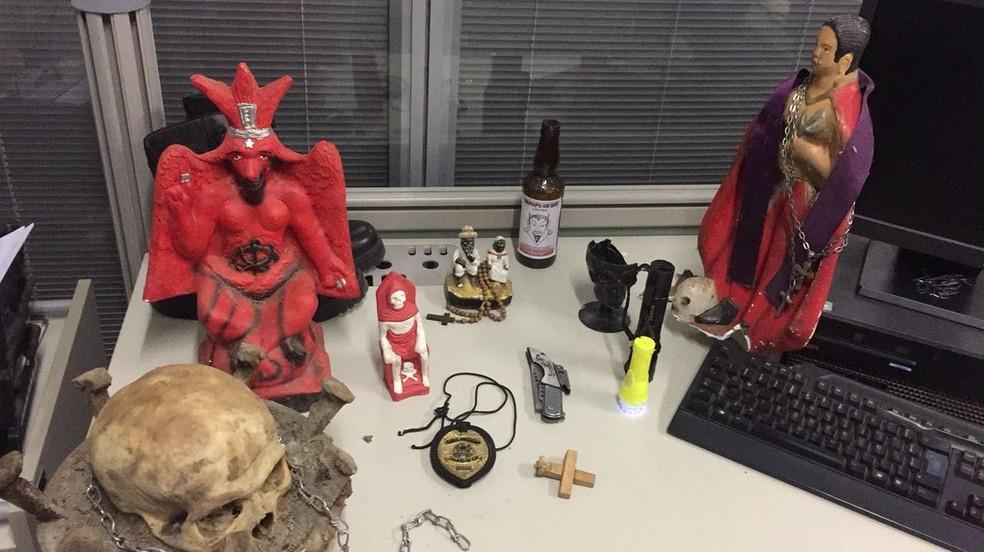 Na casa pr�³xima ao local onde a v�tima foi enterrada, a pol�cia encontrou objetos relacionados ao ocultismo. (Foto: Arquivo/Pol�cia Civil)