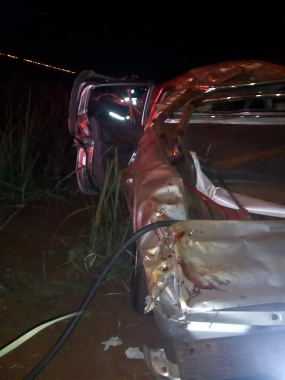 Dos quatro ocupantes que estavam na caminhonete, três morreram no local.  — Foto: Acontece Cidade/Divulgação