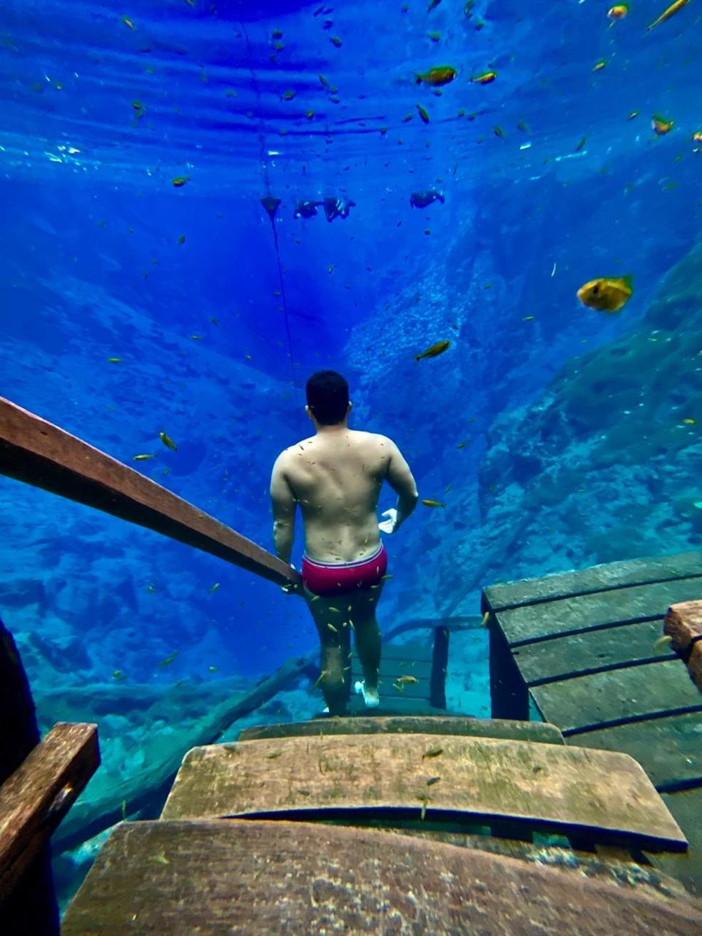 Portilho também decidiu usar o celular para fazer registro no fundo de lagoa, em MS. — Foto: Redes Sociais