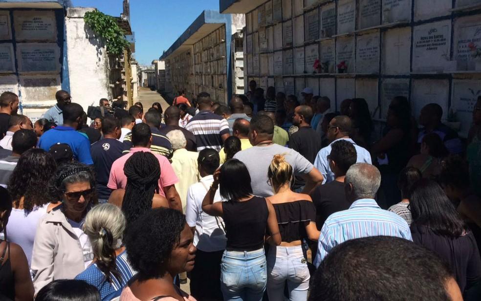 Sepultamento foi acompanhado por uma multidão em Salvador (Foto: Natally Acioli / G1)