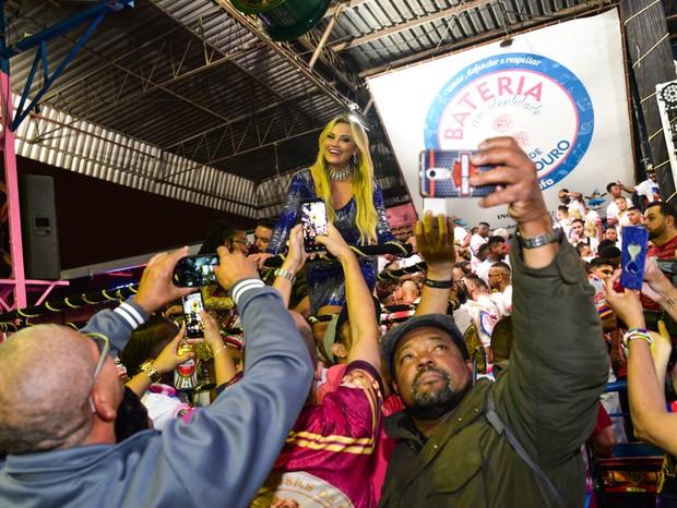 Ellen Rocche faz fotos com integrantes da Rosas de Ouro (Foto: Leo Franco/AgNews)