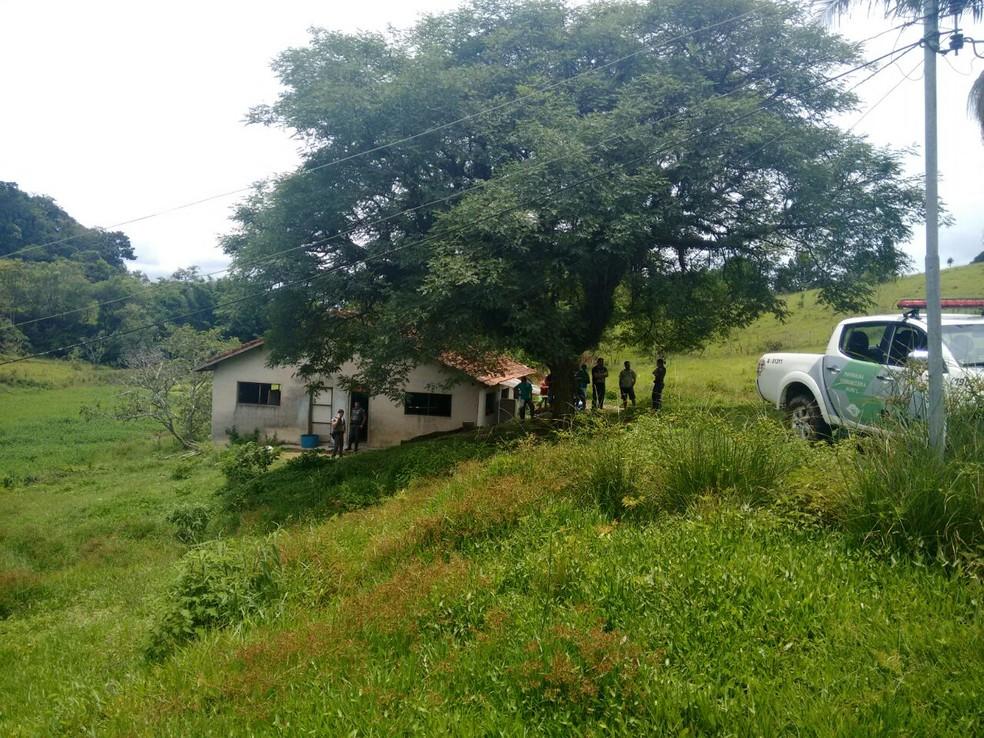 Imóvel usado para rinhas de galo foi encontrado após denúncia anônima (Foto: Polícia Ambiental/Divulgação)