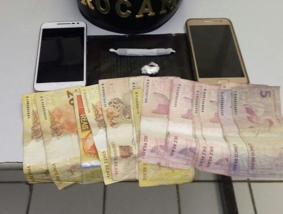 Dinheiro, celulares e droga foram apreendidos com a mulher (Foto: Divulgação/Polícia Militar)