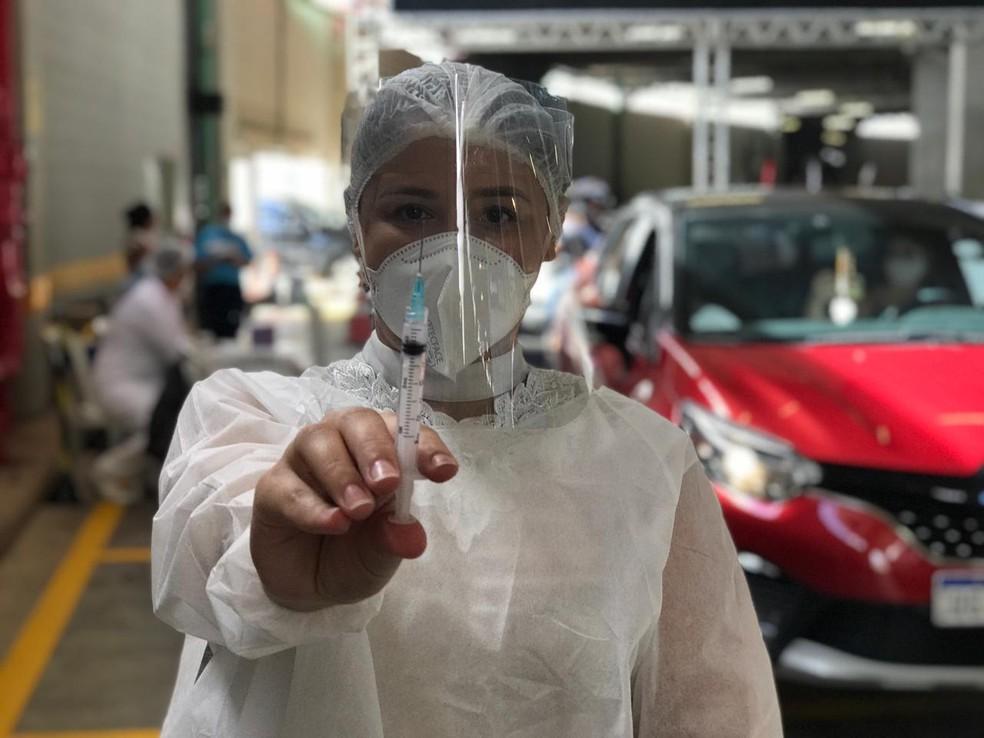 Voluntária para vacinação contra Covid-19 em Natal, Joyce Ferreira mostra seringa com dose da vacina Coronavac, aplicada inicialmente em trabalhadores da linha de frente contra a pandemia, na Arenas das Dunas. — Foto: Kleber Teixeira/Inter TV Cabugi