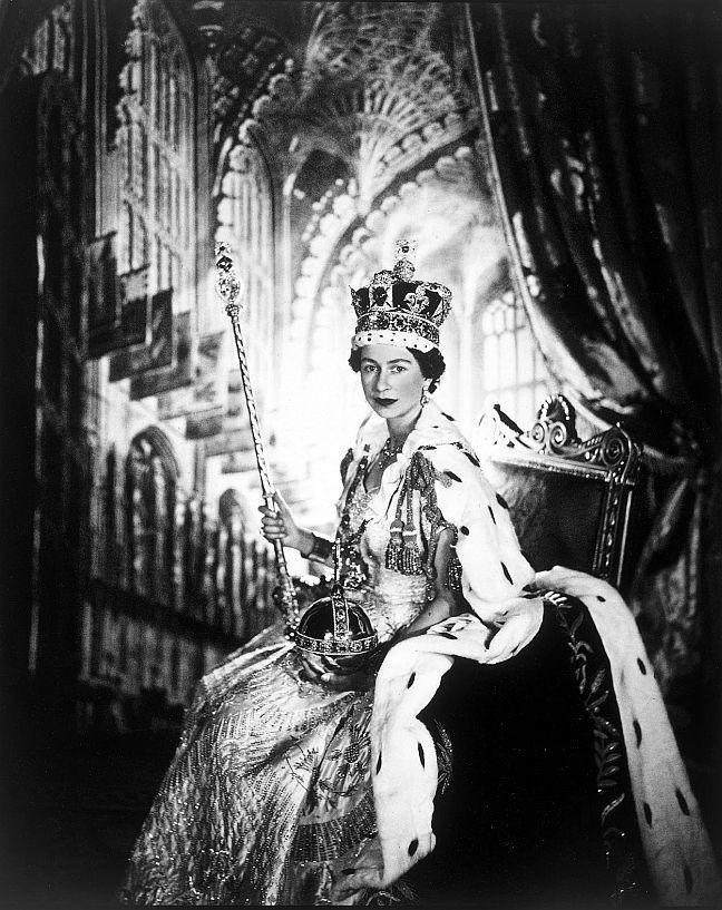 Em 02/06/1953, a princesa Elizabeth foi coroada rainha do Reino Unido da Grã-Bretanha e Irlanda do Norte. A cerimônia, que foi acompanhada ao vivo ao redor do mundo, pelo rádio e pela televisão, foi o maior acontecimento da mídia em sua época (Foto: Arquivo)