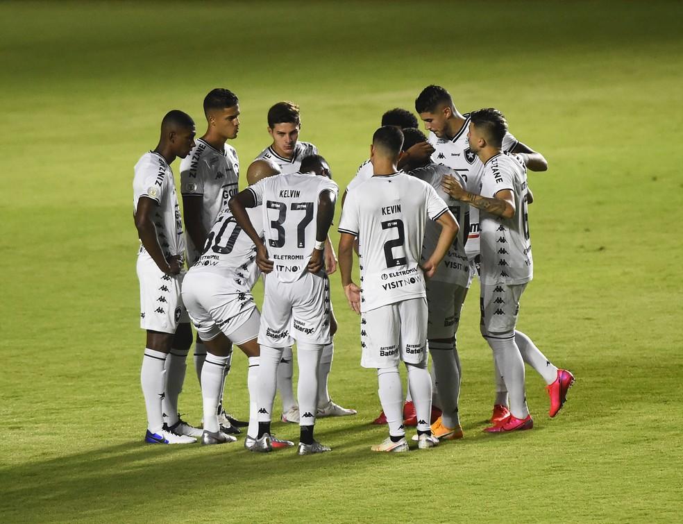 Jogadores do Botafogo se reúnem em São Januário, antes do jogo com o Vasco — Foto: André Durão