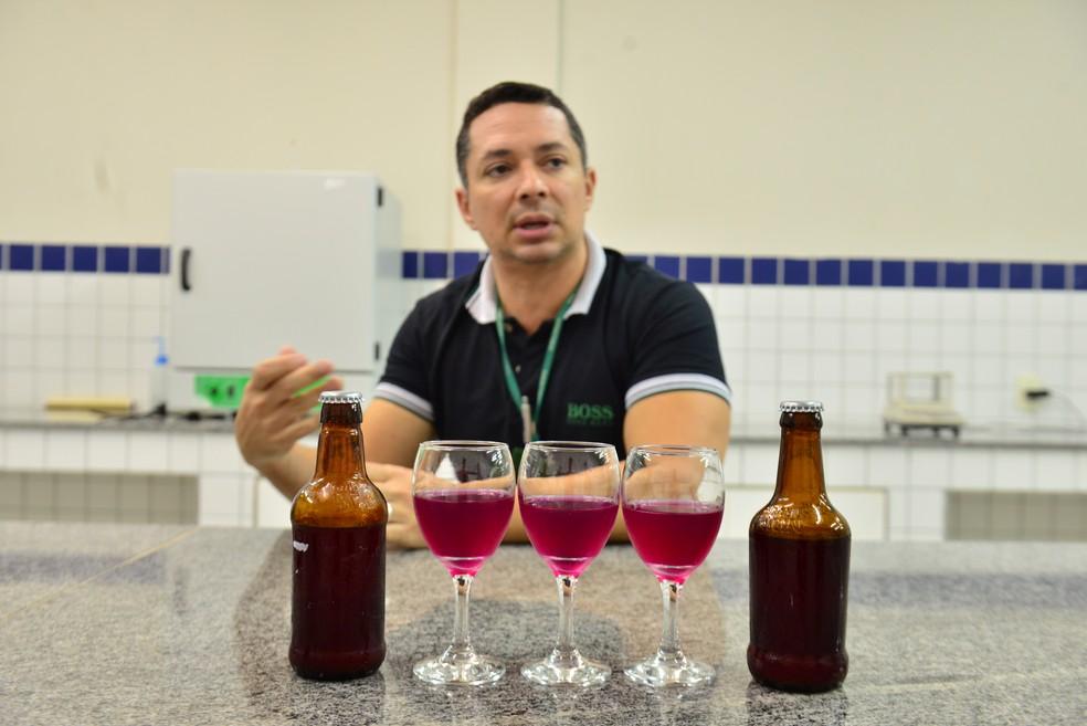Professor do IFRN Jonas Almada desenvolveu junto com aluna a Ginger Beer, bebida à base de gengibre (Foto: Alberto Medeiros/IFRN)